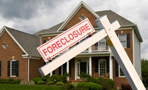 An Aurora woman who has been fighting efforts to foreclose on her home has taken her case to a federal judge in an unprecedented effort to challenge Colorado's foreclosure laws.